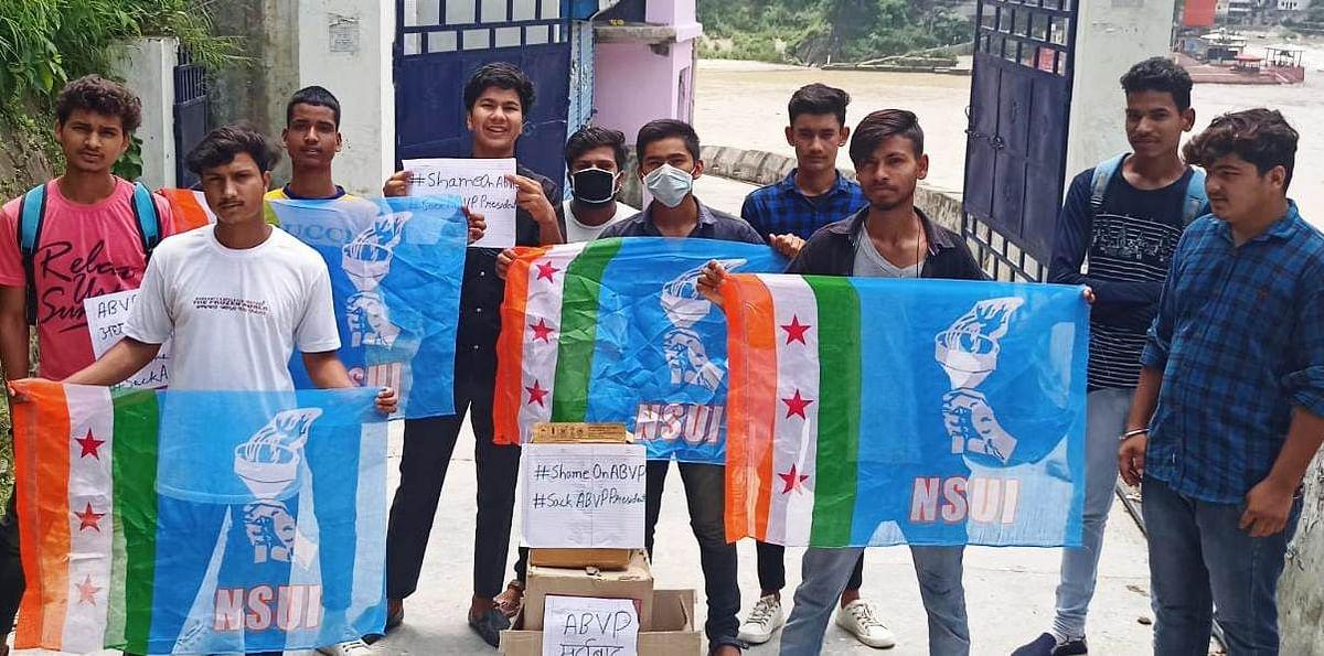 एनएसयूआई के कार्यकर्ताओं ने फूंका एबीवीपी का पुतला