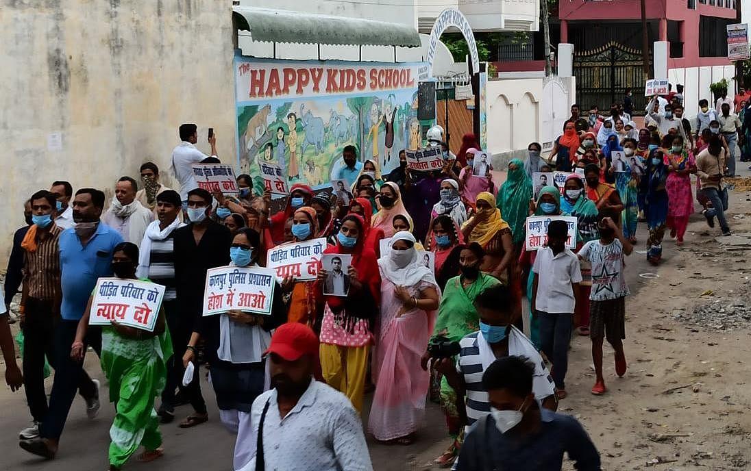 संजीत के परिजनों को न्याय दिलाने के लिए लोगों ने निकाला कैंडिल मार्च