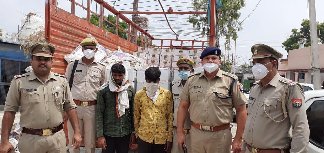 मथुरा : पांच लाख कीमत की 200 पेटी अवैध शराब जब्त, दो तस्कर गिरफ्तार