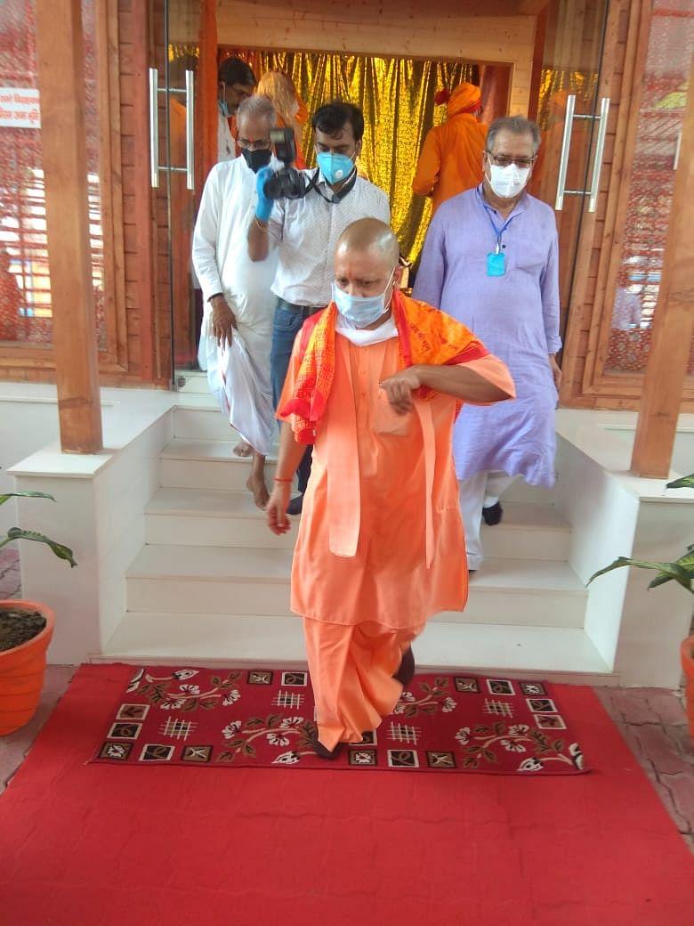 मुख्यमंत्री योगी आदित्यनाथ को दिखाया गया राम मंदिर का नक्शा
