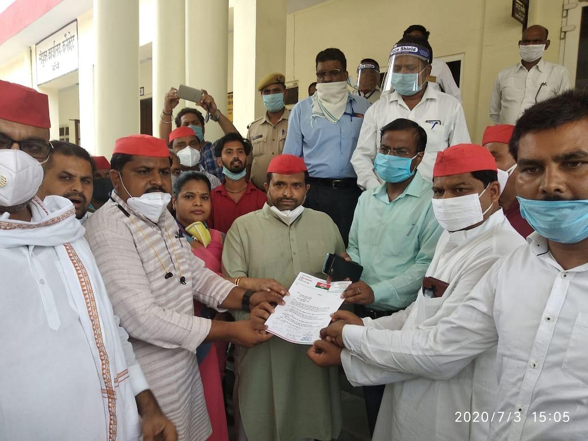 कानपुर काण्ड: सपा और कांग्रेस प्रदेश सरकार पर हुई हमलावर, सौंपा ज्ञापन