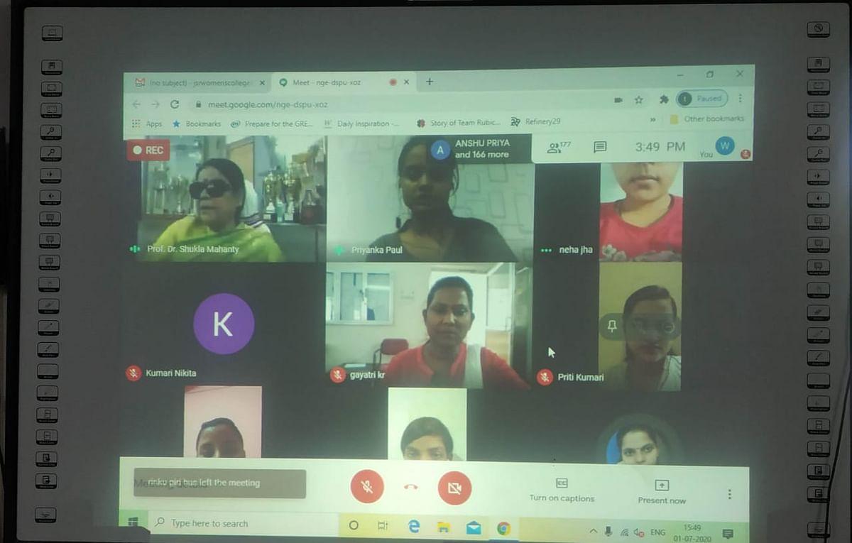 एमबीए, बीबीए, बीसीए और बीएससी आईटी की छात्राओं से  प्राचार्या ने ऑनलाइन बात की।