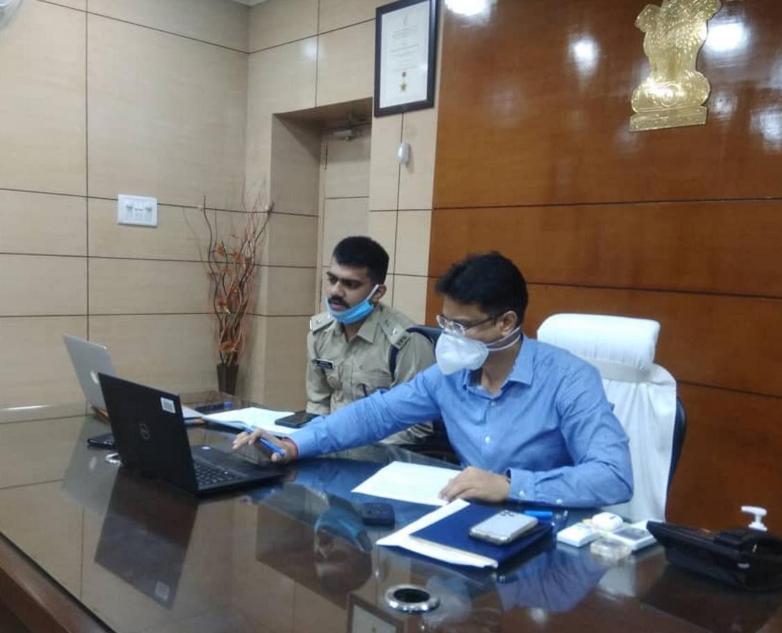धनबाद डीसी, एसएसपी ने की सभी प्रशासनिक एवं पुलिस पदाधिकारियों के साथ ऑनलाइन बैठक।