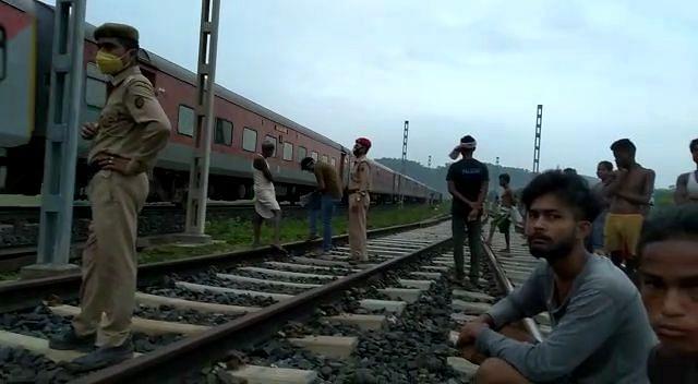 रेलवे ट्रैक के किनारे वृद्ध व्यक्ति का शव बरामद