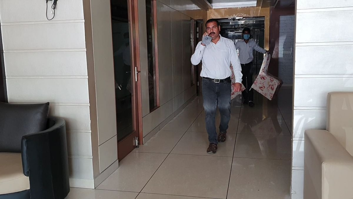 इलाईट स्थित चर्चित होटल के बंद कमरे से 5 लाख चोरी