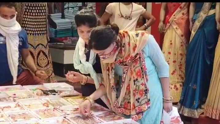गाजियाबाद : रक्षाबन्धन पर्व को लेकर बाजार हुए गुलजार, रविवार को खुलेंगी मिठाई व राखियों की दुकानें