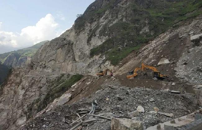 भारी बारिश के कारण चमोली में एनएच-58 पर यातायात अवरुद्ध