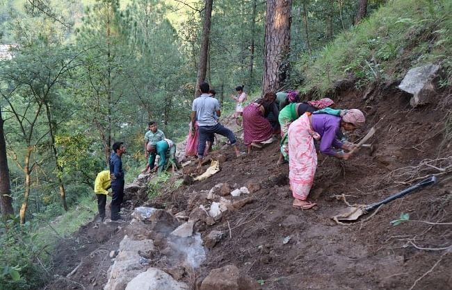 उत्तराखंड में ग्रामीणों ने सरकार को दिखाया आईना, बिना सरकारी मदद के बना दी गांव में सड़क