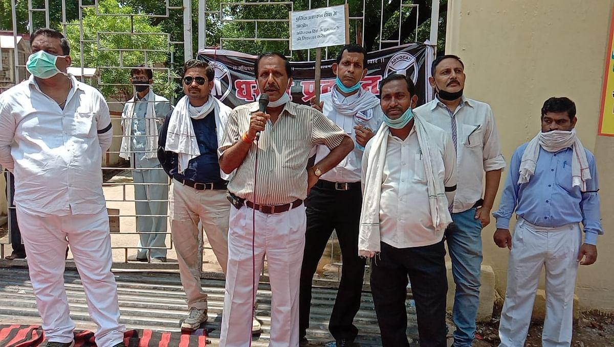 हमलावरों की गिरफ्तारी न होने पर अधिवक्ता सड़कों पर उतरे