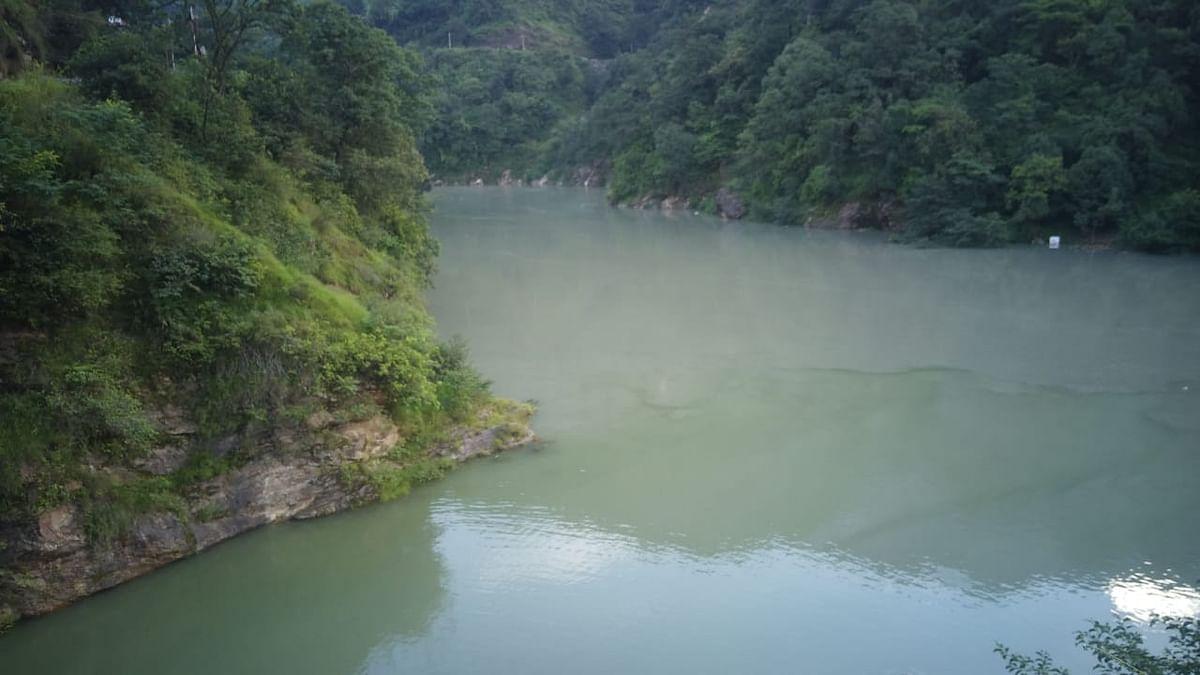 कुंड में जलभराव से सेमी गांव को खतरा