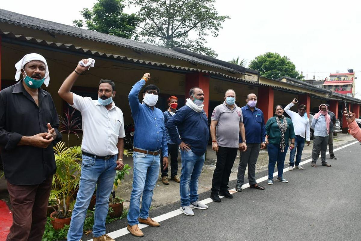 कांग्रेस का बिजली विभाग के अधिकारियों और केईआई कंपनी की लापरवाही के खिलाफ आंदोलन जारी