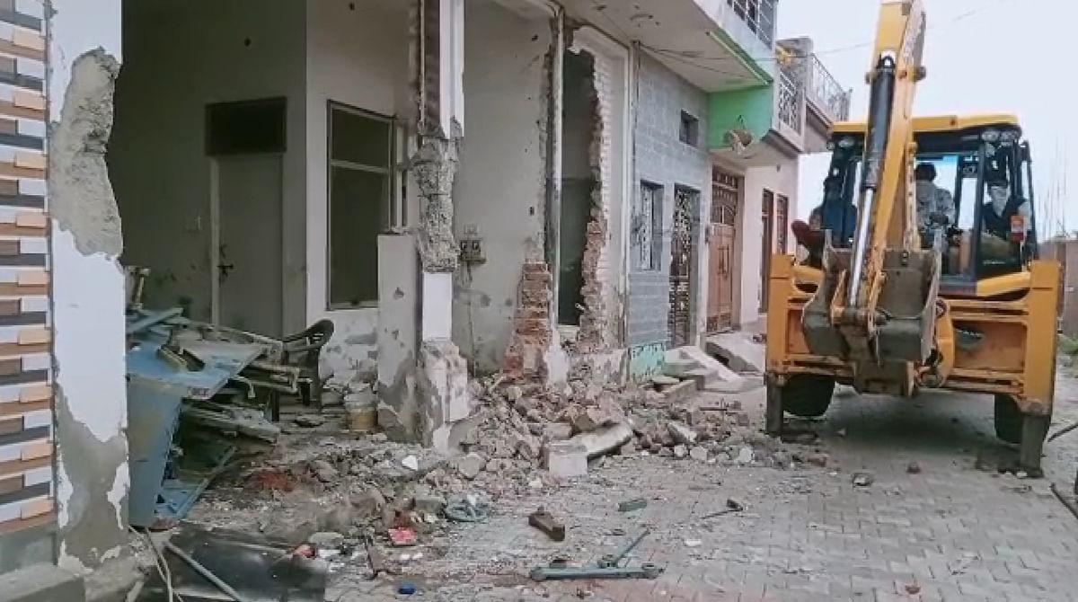 मेरठ: लव जिहादी पुलिस मुठभेड़ में घायल, जेसीबी से ढहाया घर