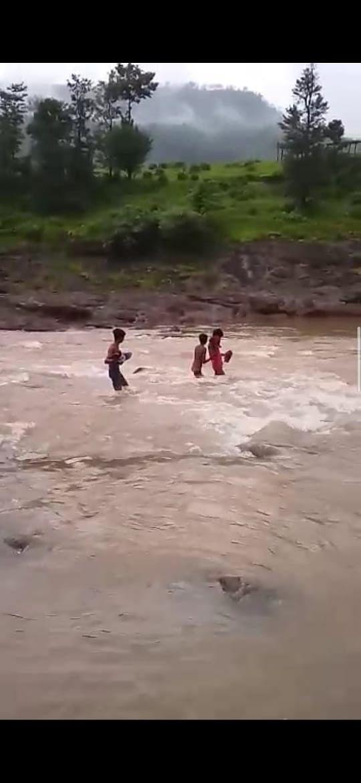 जान हथेली पर रख कर नदी पार करते हैं ग्रामीण