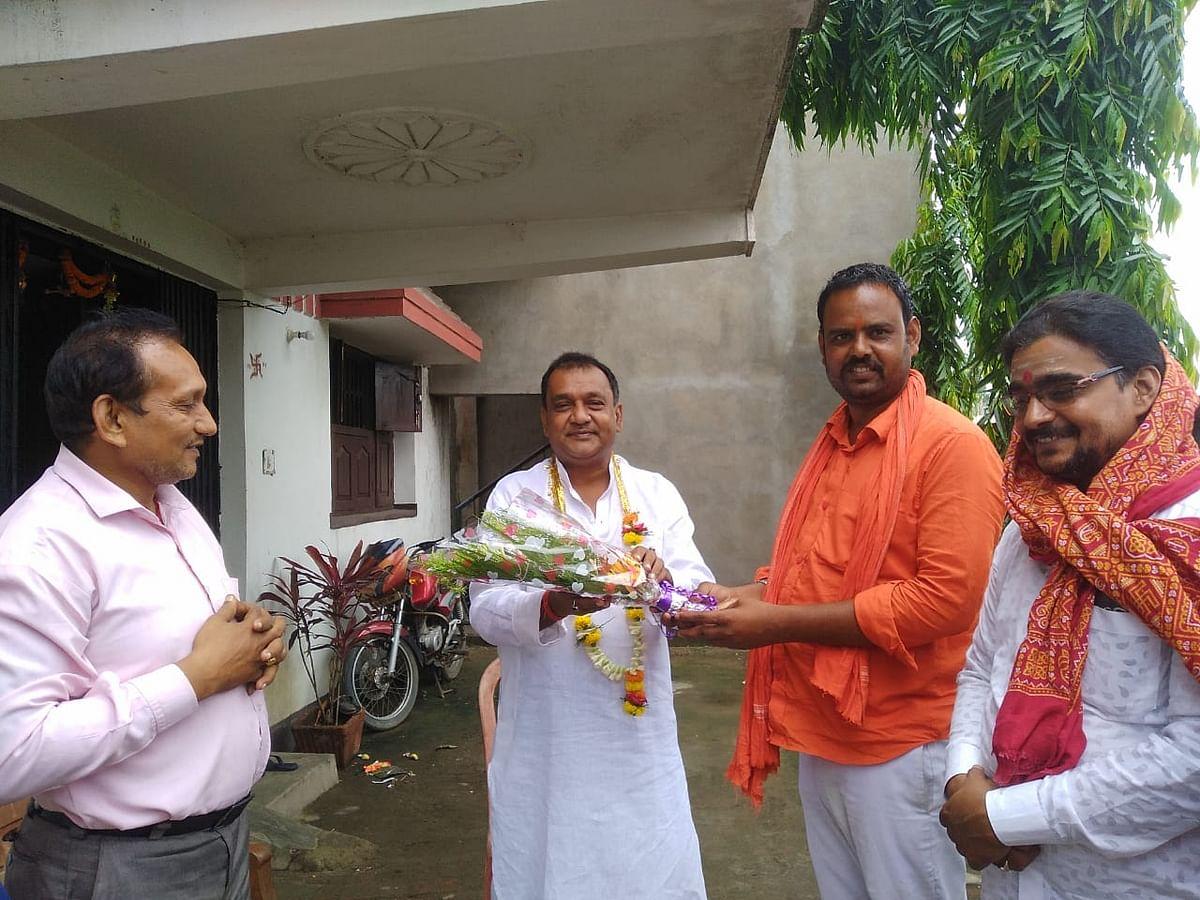 चंद्रशेखर सिंह को भाजपा धनबाद शहरी जिलाध्यक्ष नियुक्त होने पर कार्यकर्ताओं ने दी बधाई ।