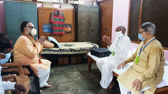 बुक्कल नवाब ने श्रीराम मन्दिर के लिए दिये 10 किलो 1 ग्राम चांदी, चम्पत राय बोले 'ऊपर वाला देखेगा'