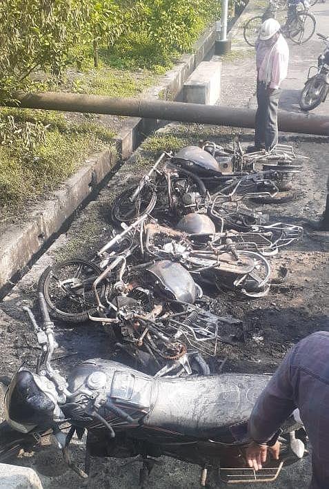 शरारती तत्वों ने 5 मोटरसाइकिल को किया आग के हवाले