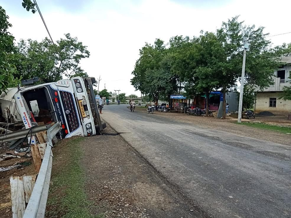 घर की रेलिंग से टकराकर पलटा अनियंत्रित ट्राला , चालक की मौत