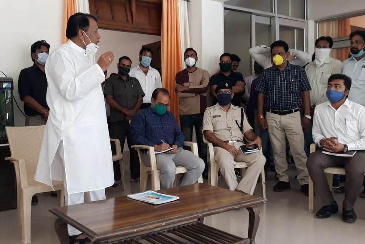कोरोना संक्रमण से बचाव के लिए दिशानिर्देशों का पालन जरूरीः बिसाहूलाल सिंह