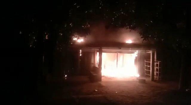 आग में दो दुकानें जलकर राख, लाखों का नुकसान