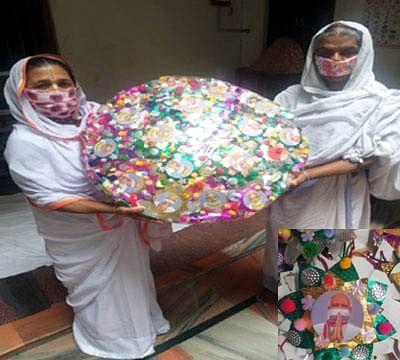 'मोदी भैया' को भेजने के लिए वृंदावन की विधवाओं ने बनाई विशेष मुखौटे थीम की राखियां