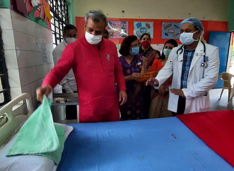 दिल्ली भाजपा अध्यक्ष ने एसडीएमसी स्कूल में बनाए गए आइसोलेशन सेंटर का किया दौरा