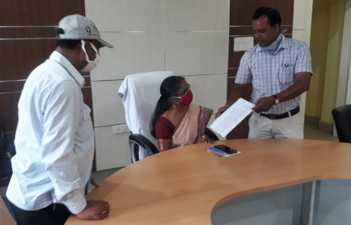 एसपी लॉ कॉलेज के छात्रों ने कुलपति को सौंपा आवेदन