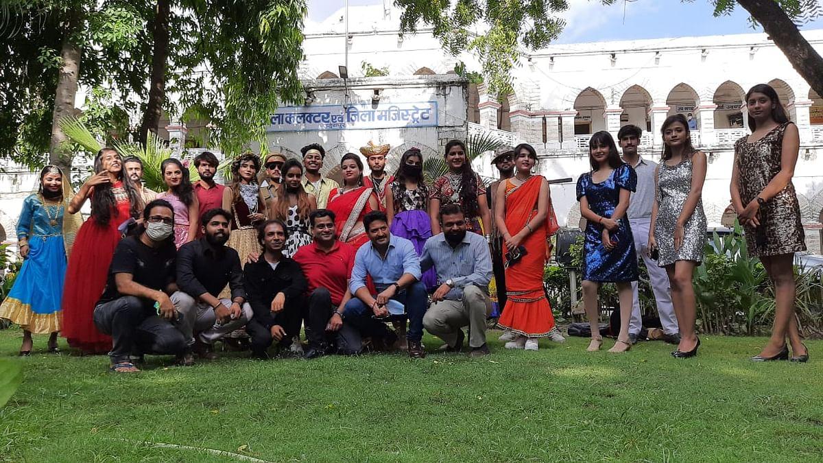 फ़िल्मी सितारों के लुक में कलक्टर को दिया ज्ञापन,  उदयपुर में  फिल्मसिटी की मांग तेज़