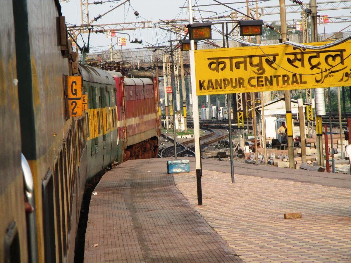 कानपुर सेंट्रल स्टेशन पर चार काउंटर बनाकर टिकट वापसी व बुकिंग का कार्य शुरु