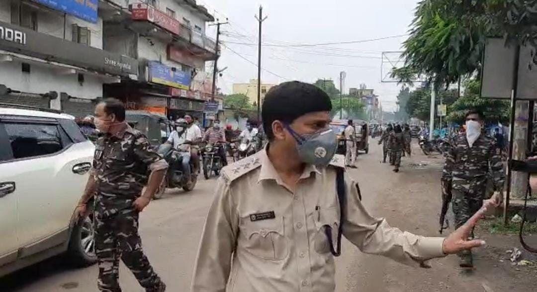 चतरा पुलिस की अनोखी पहल, मास्क नहीं पहनने वालों को काटा गया जुर्माना का चालान