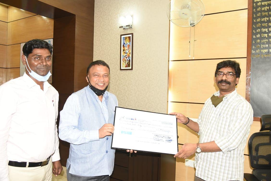 छोटानागपुर रिजनल हैंडलूम वीवर्स को ऑपरेटिव यूनियन  ने मुख्यमंत्री राहत कोष में  पांच लाख  रुपए की सहायता राशि दी