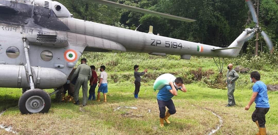 सिक्किम में लैंडस्लाइडिंग के बाद जरूरी सामानों की आपूर्ति के लिए सेना ने लगाया हेलीकाॅप्टर