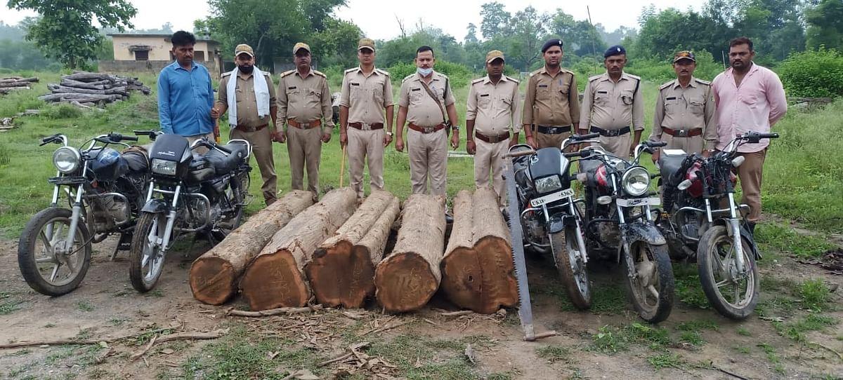 वन विभाग की टीम ने बरामद की तस्करों की काटी 50 हजार रु. मूल्य की सागौन लकड़ी व पांच मोटरसाइकिलें