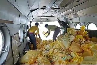 पूर्वी चंपारण में हेलीकॉप्टर की मदद से बाढ़ पीड़ितों तक पहुंचाये जा रहे फूड पैकेट