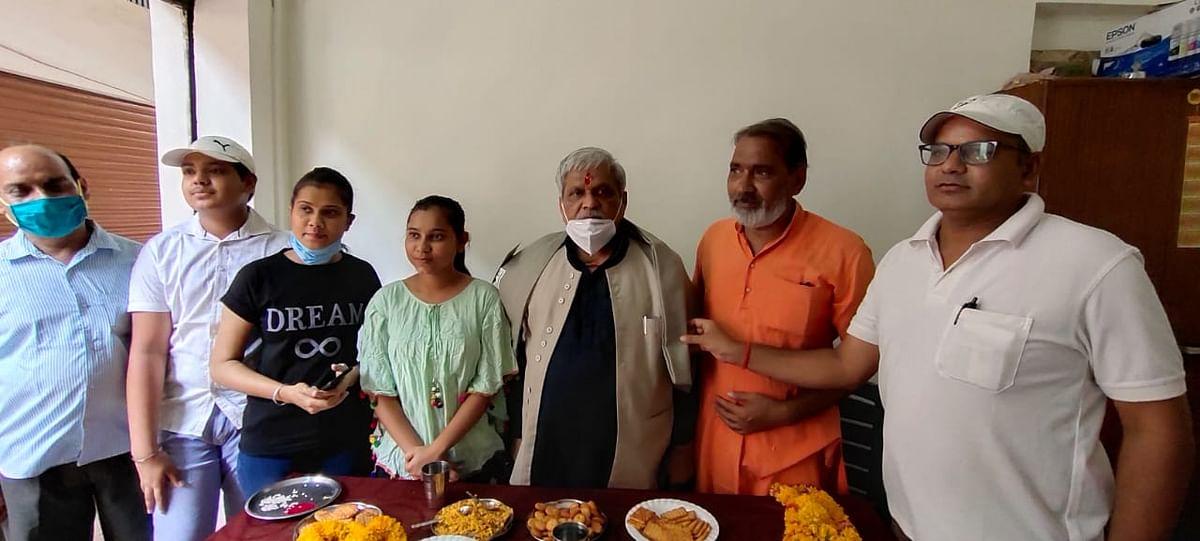 प्रभात झा ने किया घर-घर सतत सम्पर्क, कहा समाज से सतत सम्पर्क ही जीवन है