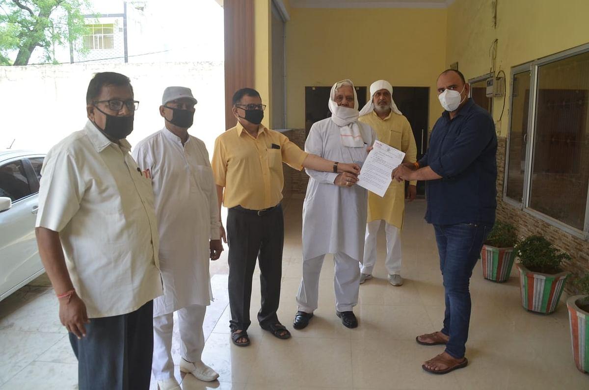 शिक्षकों के गुटों ने प्रभारी डीआइओएस को मुख्यमंत्री को संबोधित सौंपा ज्ञापन
