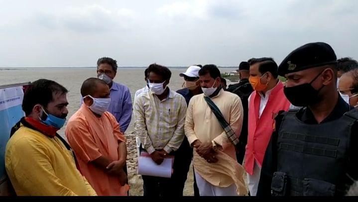 मुख्यमंत्री योगी ने एल्गिन चरसड़ी तटबंध का निरीक्षण कर बाढ़ राहत कार्यों का लिया जायजा