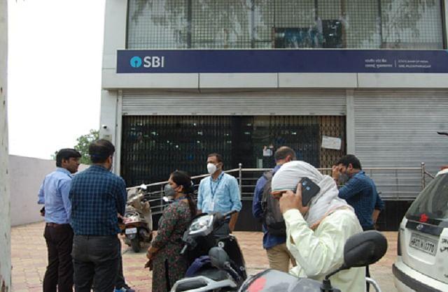 भारतीय स्टेट बैंक के कर्मचारियों के कोरोना पॉजीटिव मिलने पर बैंक का रीजनल कार्यालय सील