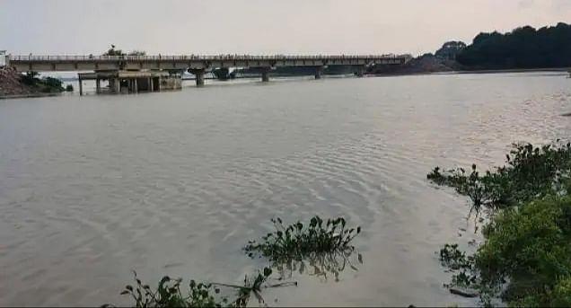 पूर्वांचल की नदियां उफान पर, राप्ती-रोहिन और सरयू किनारे के सैकड़ों गांवों में घुसा पानी