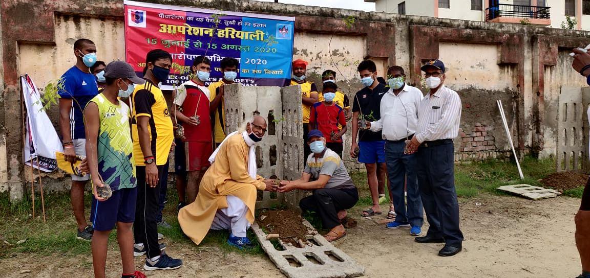 ओलम्पियन स्व. विवेक सिंह और महिला फुटबालर स्व.पूनम चौहान के नाम पर पौधरोपण