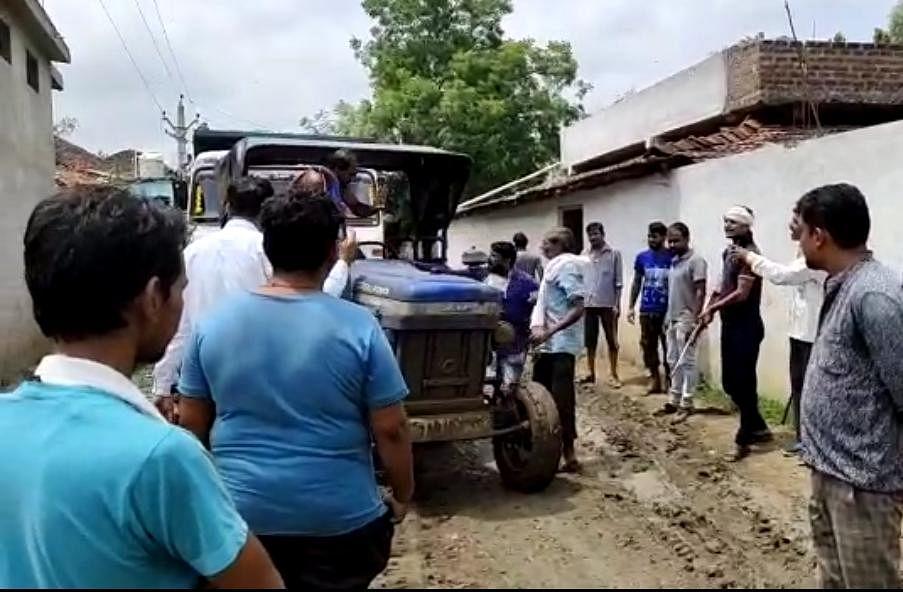अवैध खनन को लेकर ग्रामीण उतरे सड़कों पर, ठेकेदार के गुर्गो ने तानी बंदूक