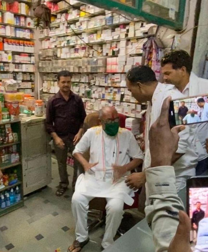 दिग्विजय ने अपने साथी पूर्व विधायक की दुकान पर बैठे दिखाई आत्मीयता