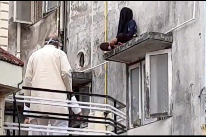 बिल्डिंग पर चढ़ी युवती ने की आत्महत्या की कोशिश