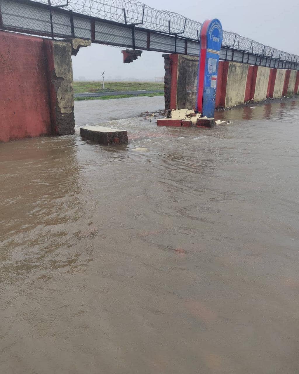 गुजरात में आसमान से बरसी आफत, राजकोट में एयरपोर्ट की दीवार ढही, जूनागढ़ के साबली नदी का पुल गिरा