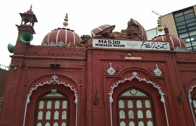 तेज बारिश के कारण ऐतिहासिक  मुबारक बेगम मस्जिद का गुंबद हुआ ध्वस्त