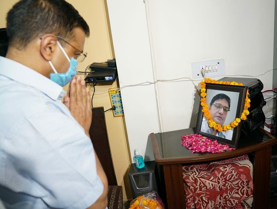 केजरीवाल ने कोरोना योद्धा डॉक्टर जावेद के परिजनों को दी 1 करोड़ की सहायता राशि