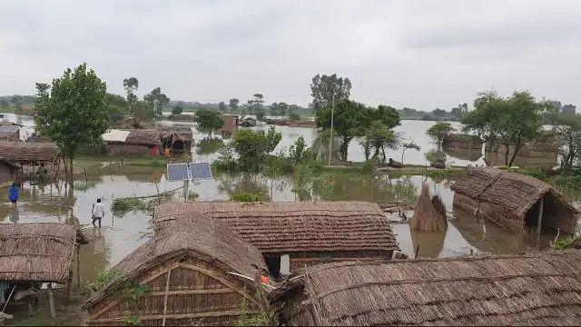 बाराबंकी : सरयू का पानी गांव में घुसा, ग्रामीणों का आरोप डीएम यहां मनाने आते हैं पिकनिक