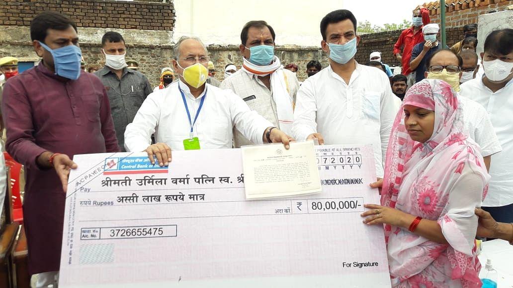 प्रभारी मंत्री ने शहीद सुल्तान सिंह के परिजनों को सौंपा एक करोड़ का चेक