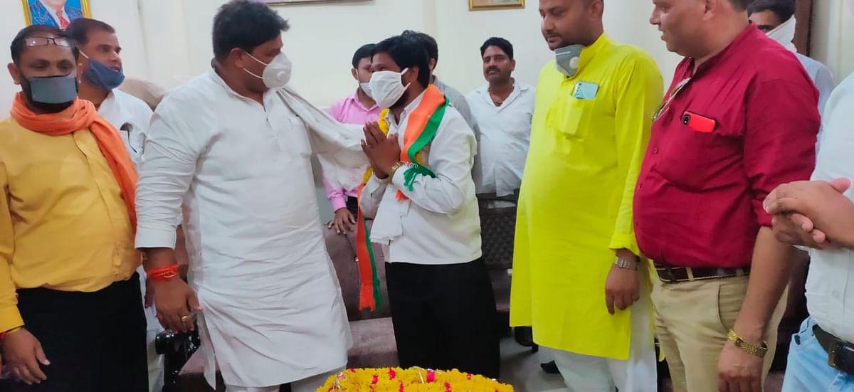 कांग्रेस कार्यकर्ताओं ने राज्यमंत्री डण्डौतिया के समक्ष ली भाजपा की सदस्यता