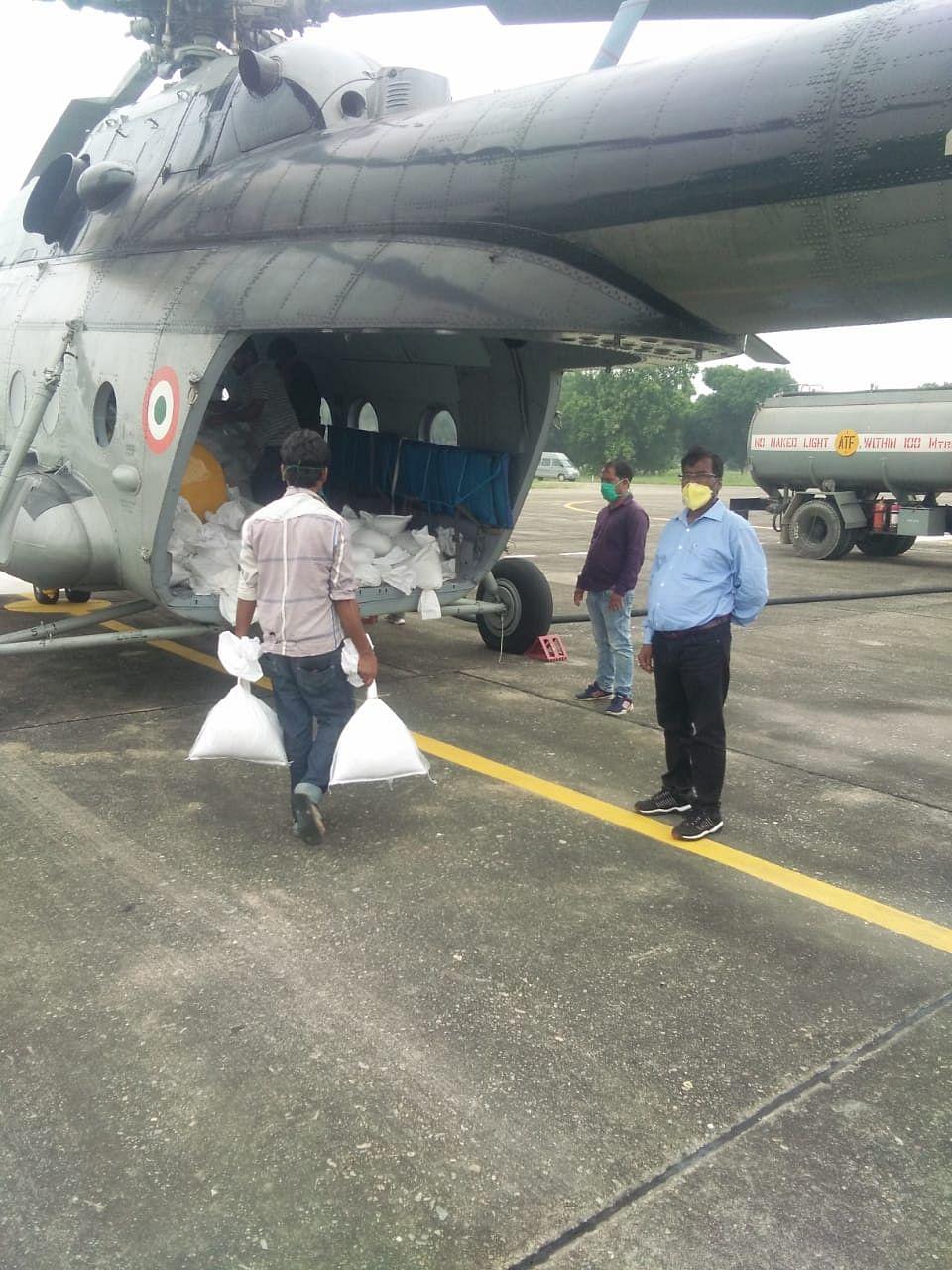 दरभंगा में  बाढ़ प्रभावितों की मदद के  लिए हेलीकॉप्टर से गिराये गये  राशन पैकेट