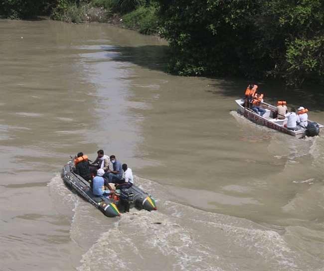 संजीत हत्याकांड के आरोपितों को लेकर पाण्डु नदी में शव की तलाश कर रहे पीएसी कर्मी
